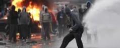 Scontri tra cattolici e protestanti a Belfast, 9 agenti feriti