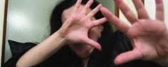 Calci e pugni alla moglie per gelosia: arrestato marocchino